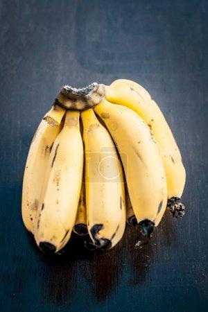 Foto de Cierre para arriba del racimo de bananos en la superficie de madera - Imagen libre de derechos