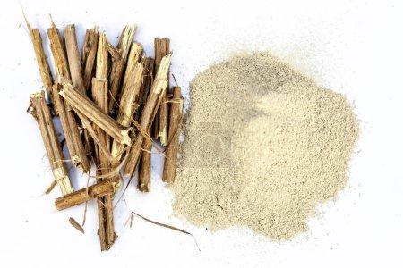 Ashwagandha-Wurzeln und ihr Pulver, auch als indischer Ginseng bekannt, isoliert auf weißem, essentiellen Vorteil für Haarausfall,