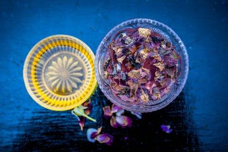 Photo pour Gros plan du paquet de farine de riz avec du miel et de l'eau de rose sur une surface en bois dans un récipient en verre avec de l'eau de rose et de la farine de riz utilisés pour nettoyer l'acné et les boutons . - image libre de droit