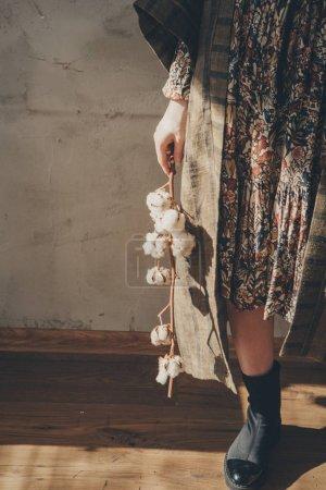 Photo pour Pieds de femme en lin et chaussures à côté d'une fleur sur fond blanc - image libre de droit