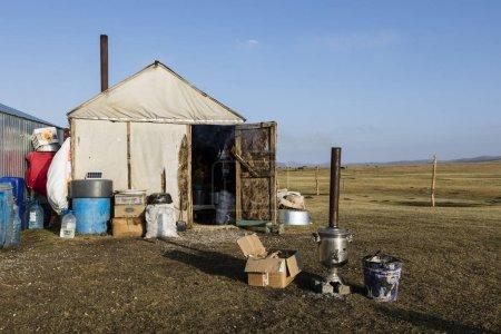 Photo pour Song Kul (Kirghizistan), 8 août 2018: Cuisine d'une colonie d'yourte près du lac Song Kul au Kirghizistan - image libre de droit