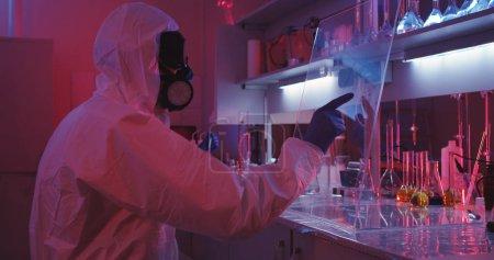 Wissenschaftler mit transparentem Display im Labor