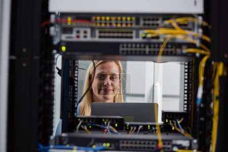 Photo pour Technicien examinateur serveur dans la salle des serveurs - image libre de droit