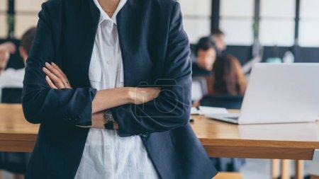 Photo pour Homme d'affaires femme croisée bras regardant professionnel.Executive boss debout et bras croisé close up. - image libre de droit