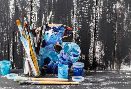 Photo pour Peintures à la gouache colorées sur fond en bois - image libre de droit