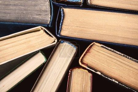 Photo pour Vue rapprochée des épines dorsales des vieux livres vintage - image libre de droit