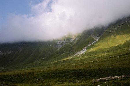 Photo pour Stations de vue coloré de la montagne verte, ciel bleu, des nuages épais blanc, rayons de soleil, gazon, voyage, outdoor, nature, calme, automne météo, personne, harmonie - image libre de droit