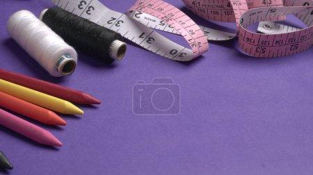 Photo pour Ruban à mesurer sur un tissu rose - image libre de droit