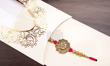 Photo pour Gros plan de bracelet bijoux en diamant sur fond de texture. Bijoux traditionnels indiens. - image libre de droit