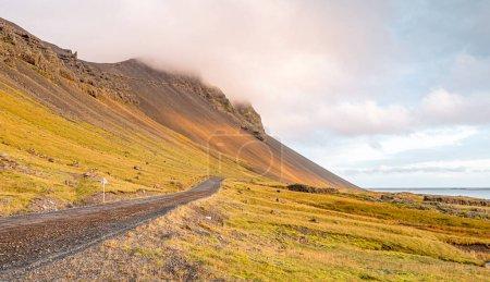 Photo pour Paysage de la montagne Vestrahorn au coucher du soleil. Paysage islandais. - image libre de droit