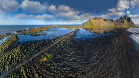 Photo pour Epic aerial drone view flying over landscape of the black sand beach in Stokksnes on a sunny day. Mont Vestrahorn à l'arrière-plan. Contexte du concept de nature et écologie. - image libre de droit