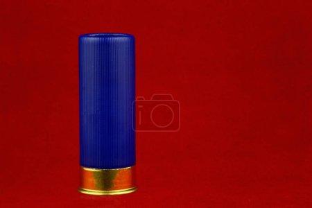 Cartouche de fusil de chasse bleu sur fond rouge
