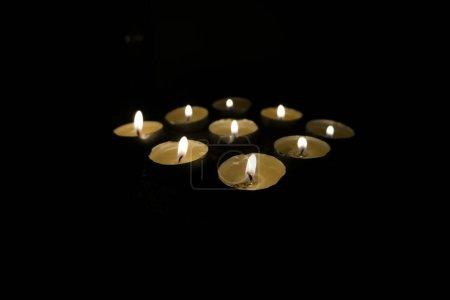 Photo pour Bougies dans le noir - image libre de droit