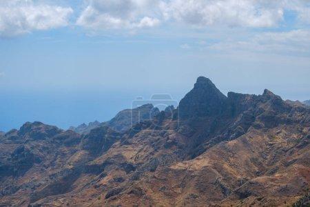 Photo pour Paysage de crête de montagne avec ciel bleu par une journée ensoleillée, Anage Tenerife - image libre de droit