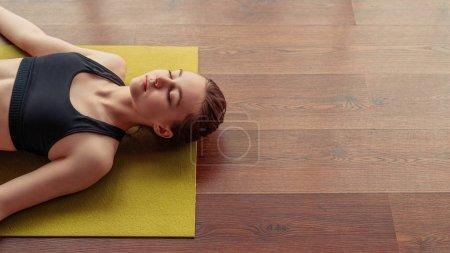 Mujer joven haciendo ejercicio Shivasana