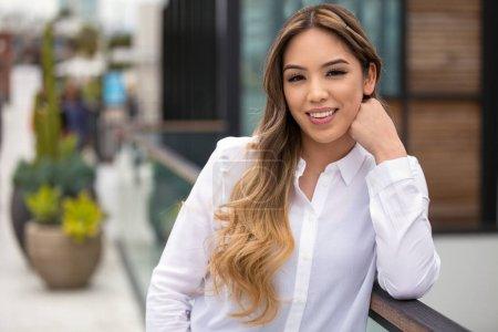 Photo pour Belle femme hispanique portrait professionnel headshot, sourire décontracté, gai, positif, optimiste, sourire joyeux - image libre de droit