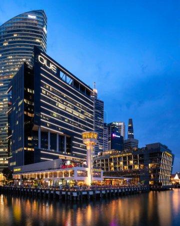 Photo pour Night view of Singapore Custom House at Marina Bay - image libre de droit