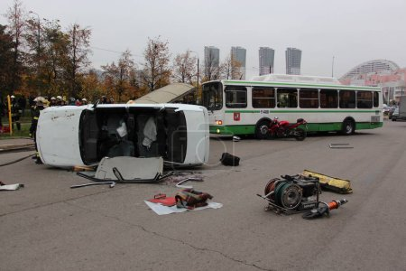 Photo pour Les sauveteurs ont terminé les travaux sur un accident / Formation accident de la route le 13 Octobre à Moscou - image libre de droit