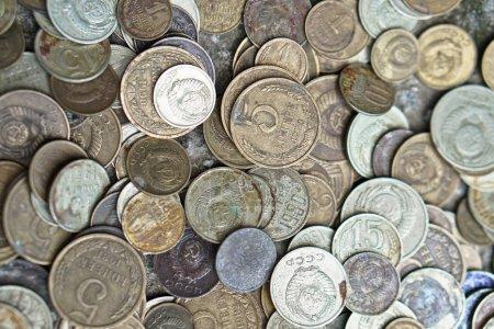 Monedas soviéticas salpicadas en todo el marco de la foto. El rublo de la URSS. Monedas antiguas para numismática .