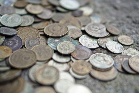Photo pour Pièces soviétiques saupoudrées sur tout le cadre de la photo. Le rouble soviétique. Vieilles pièces pour numismatique . - image libre de droit