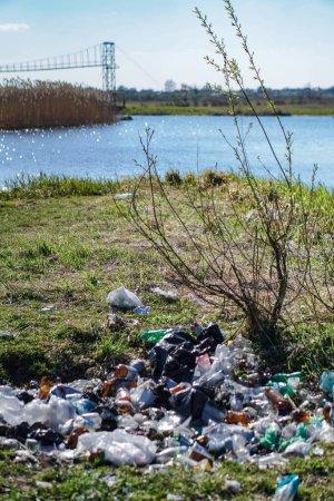 Photo pour Ukraine Printemps 2020. Montagnes d'ordures sur les rives de la belle rivière Styr en Europe. Photo éditoriale pour votre design. - image libre de droit
