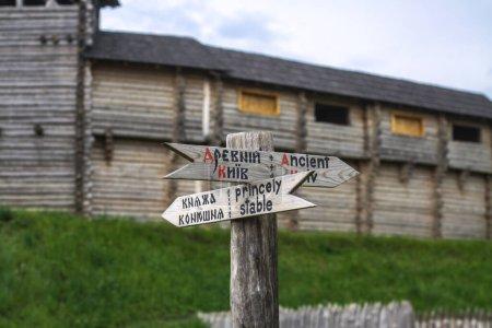 Photo pour Murs de l'ancienne forteresse de Kievan Rus. Mur défensif russe. Stoke fond médiéval thème - image libre de droit