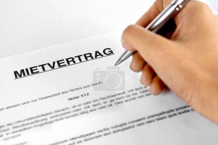 Photo pour Formulaire de contrat de location avec signature main - image libre de droit