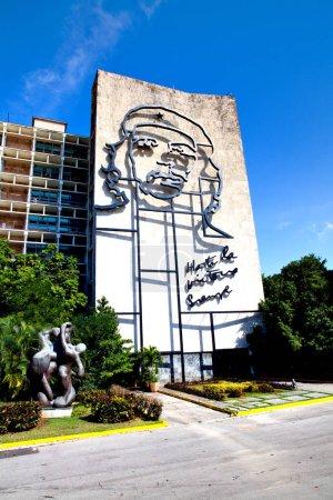 Photo pour La Havane, Cuba - 11 décembre 2016: Che Guevara en acier contour sur Ministère de l'intérieur à la Plaza de la révolution à la Havane, Cuba. «Hasta la victoria siempre» en rédigés sous. - image libre de droit