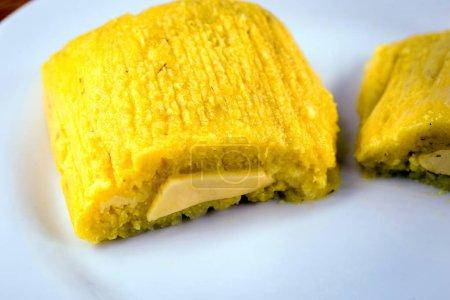 pamonha, sucré brésilien à base de fromage fait maison avec du maïs. Pisse ouverte prête à être consommée. Concept de cuisine traditionnelle brésilienne sucrée et typique des mois de juin et juillet .
