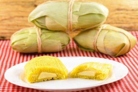 Pamonha, maïs doux brésilien avec garniture au fromage. Pamonha typique du Brésil, nourriture de l'état de minas gerais et goiais. Concept de nourriture traditionnelle. Nourriture brésilienne aux fêtes rurales en juin et juillet