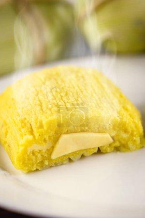 pamonha, sucré brésilien à base de fromage fait maison avec du maïs. Op
