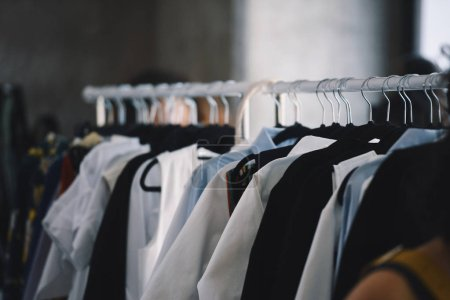 Photo pour Vêtements femme sur cintres dans un magasin de boutique - image libre de droit