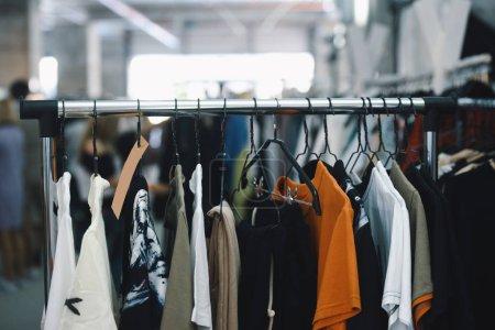 Photo pour Femmes vêtements sur cintres dans un magasin - image libre de droit