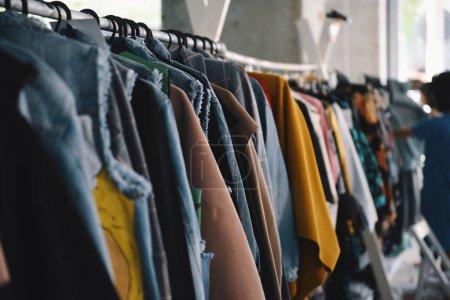 Foto de Ropa en perchas en una tienda de boutique mujer - Imagen libre de derechos