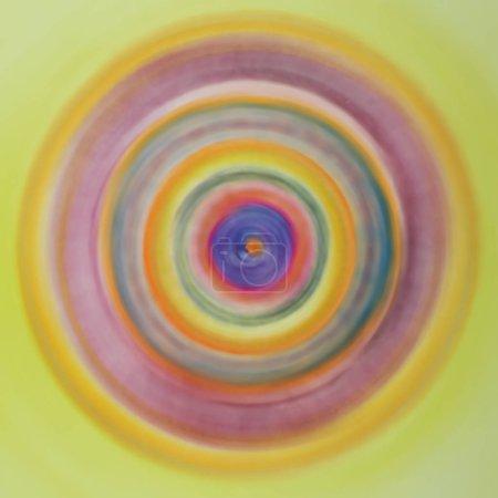 Photo pour Ouroboros arc-en-ciel à rotation rapide. La technique de tamponnage près des bords donne un effet de mise au point doux en raison de la rugosité de surface modifiée du papier - image libre de droit