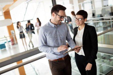 Photo pour Des gens d'affaires travaillant ensemble dans une salle de bureau moderne. - image libre de droit