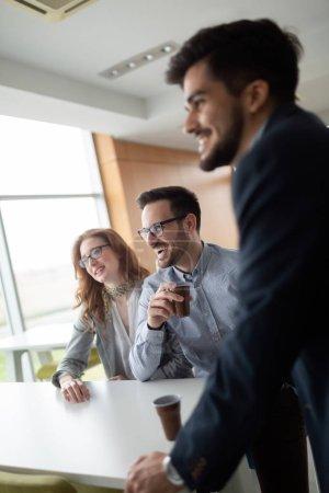 Photo pour Partenaires et collègues ayant la conversation au cours de la pause café - image libre de droit