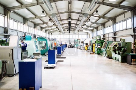 Photo pour Usine de fabrication de pièces métalliques équipés de machines à commande numérique - image libre de droit