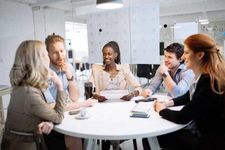 Photo pour Hommes d'affaires réunis à la table ronde et de remue-méninges - image libre de droit