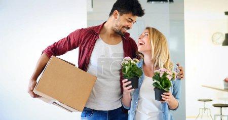 Photo pour Beau couple heureux pour leur nouvelle maison et câlin après avoir emménagé - image libre de droit