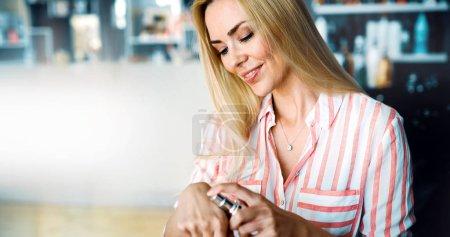 Photo pour Belle jeune femme appliquant crème hydratante, concept de soins de la peau - image libre de droit