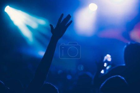 Photo pour Applaudir la foule heureuse au concert bénéficiant d'exécution musicale - image libre de droit