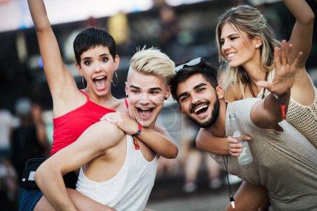Photo pour Groupe de jeunes amis s'amuser au festival de musique - image libre de droit