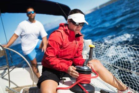 Photo pour Jolie femme forte navigue avec son bateau à voile - image libre de droit