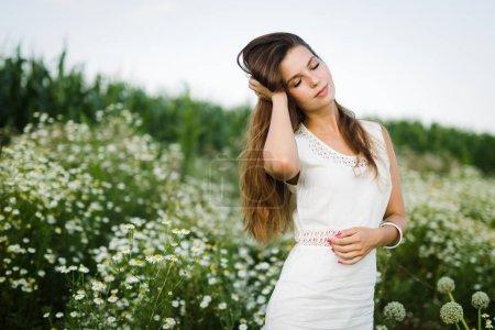 Foto de Joven hermosa mujer feliz pasar tiempo en la naturaleza - Imagen libre de derechos