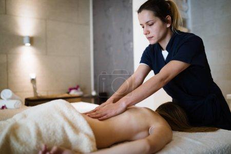 Photo pour Patient traitant masseur avec un traitement de massage thérapeutique - image libre de droit