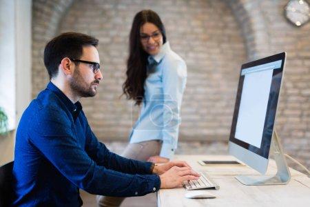Bild der Zusammenarbeit von Architekten in modernen Büros