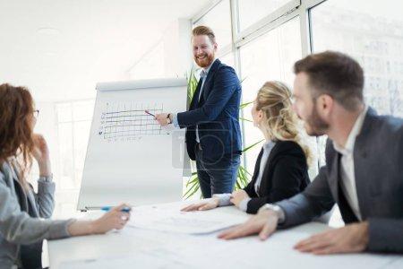 Photo pour Conférence de gens d'affaires et de réunion dans le bureau moderne - image libre de droit