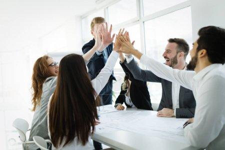 Photo pour Des gens d'affaires professionnels heureux réalisant le succès ensemble - image libre de droit
