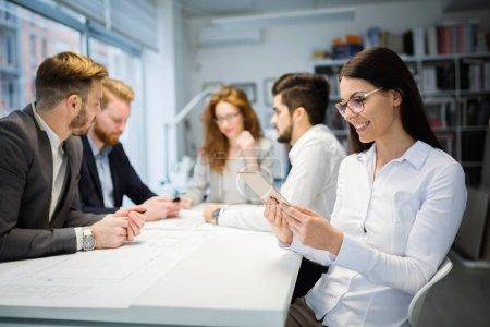 Photo pour Portrait de partenaires d'affaires attrayant avec tablette Bureau - image libre de droit
